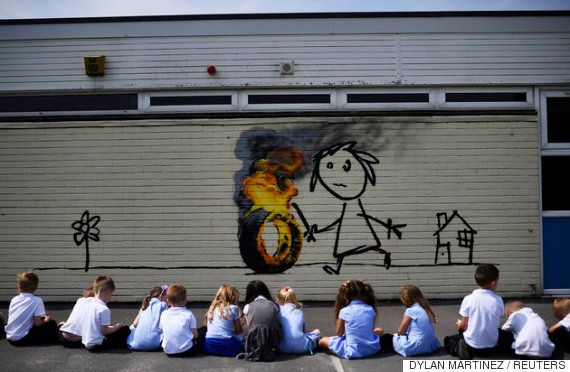 覆面芸術家バンクシー、学校の遊び場に感謝の壁画を描く「自分を認めてくれてありがとう」