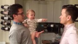 「どっちがパパ!?」父親の双子の兄弟に会った赤ちゃん、大混乱