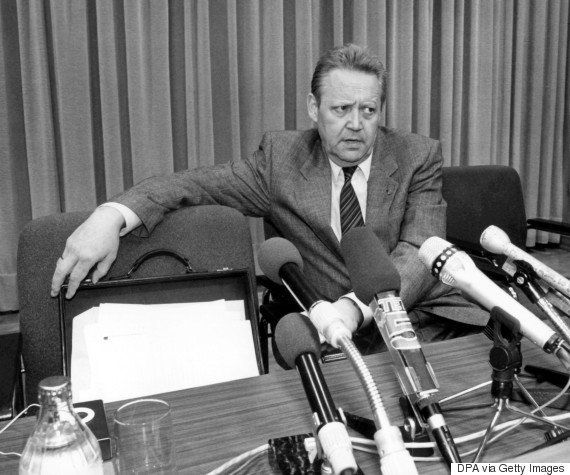 1989年11月9日、出国の原則自由化を発表するシャボフスキー氏