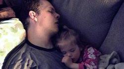 赤ちゃんを抱っこして寝る。なんて素晴らしい瞬間なんだろう。パパより