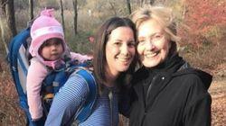 クリントン氏は笑顔だった。ハイキング中の支持者と出会う