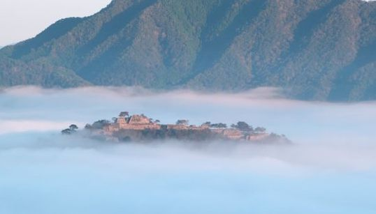 ラピュタは本当にあったんだ。雲海に浮かぶ竹田城に思わずため息(画像集)