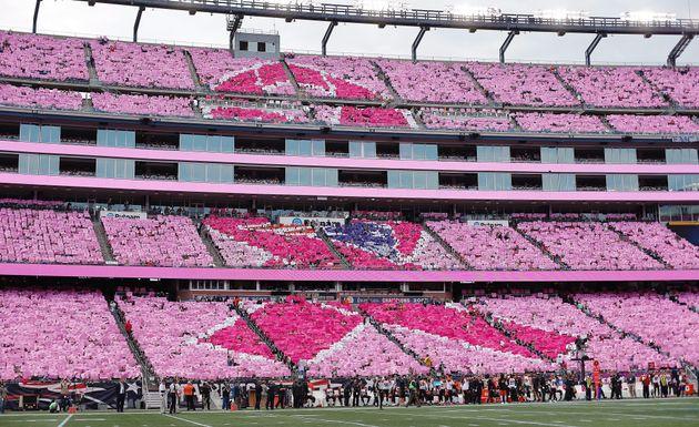 人文字で「ピンクリボン」 NFLの球場全体が桃色に染まる