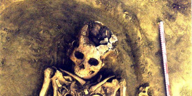 8000年間一緒だった 古代の墓から双子が発見される(画像)
