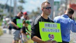 「沖縄と共に悲しんでいます」米軍人ら、日本語のプラカードで訴える