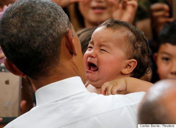 オバマ大統領に抱き上げられた赤ちゃん、ピタリと泣き止む(画像)