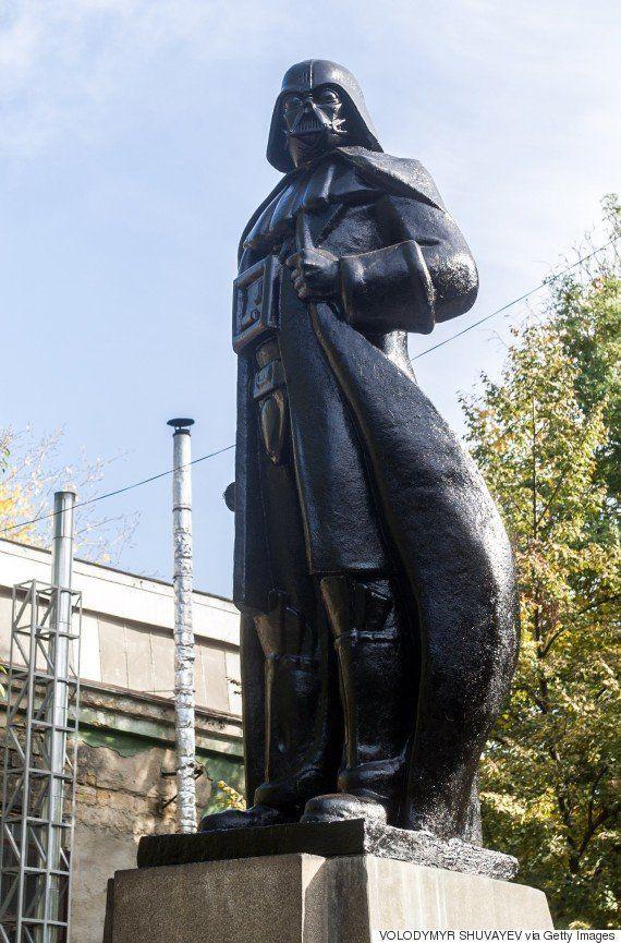 レーニン像が、ダース・ベイダーになってしまった(画像)