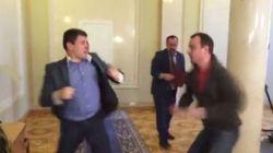 ウクライナの議員が国会内で血みどろの殴り合い