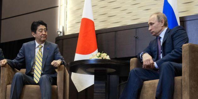 会談する安倍晋三首相(左)とロシアのプーチン大統領(ロシア・ソチ)2016年5月6日