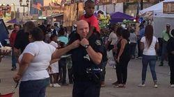 白人警官、黒人の子供を肩車して親を探す。感動を呼んだ写真