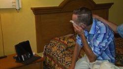路上でピアノを奏でたホームレスの51歳男性、生き別れの息子と15年ぶりの再会(動画)
