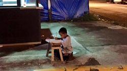 マクドナルドの店から漏れる灯りで宿題、貧しい少年に起こった奇跡(画像)