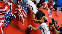 ワンバックは、同性婚の妻とキスをした。ワールドカップ優勝を祝って