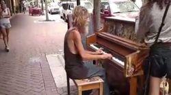 ホームレスの51歳男性、路上のピアノでロックの名曲を奏でる(動画)