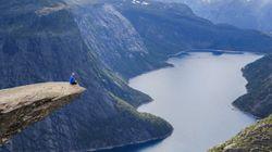 見ているだけでハラハラ。ノルウェーの断崖絶壁「トロルの舌」に登ってみた