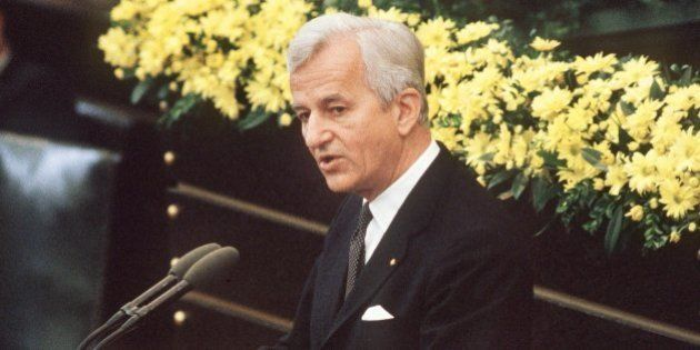 (File) An archive picture dated 8 May 1985, shows German Federal President Richard von Weizsaecker hold...