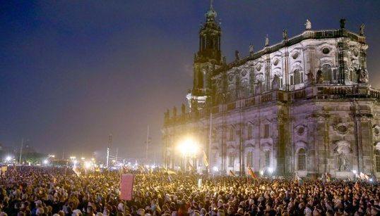 ドイツの反イスラム運動「ペギーダ」、難民受け入れ反対の大規模デモ「難民と一緒に地獄がやってくる」