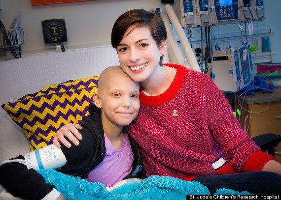 アン・ハサウェイ、テネシー州の病院を訪問し子供たちにサプライズ【画像】