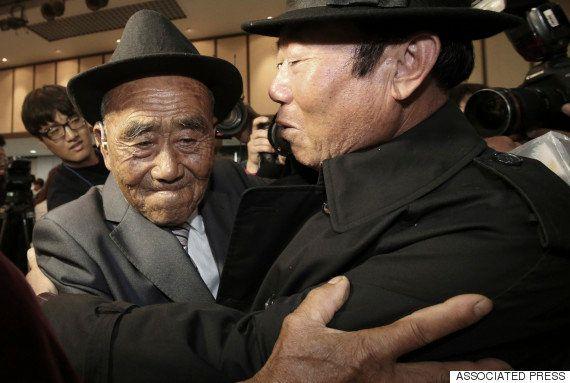 北朝鮮・韓国の離散家族再会 身重のまま生き別れた妻は、65年ぶりに夫の手を握った