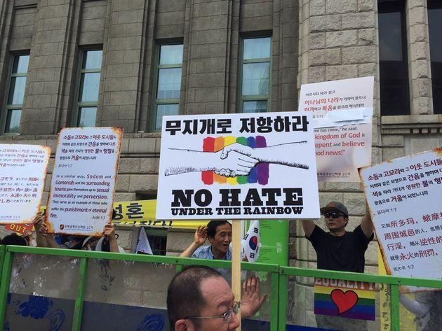 韓国のLGBTの祭典、パレード開催される 妨害の集会も(動画)