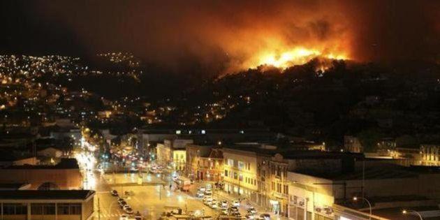 チリ・バルパライソで大規模火災