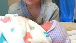 どうすればいいの...? 初めて赤ん坊を抱っこした少年の複雑な表情