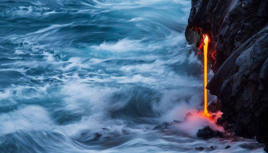 ハワイの火山を低速度撮影でとらえた荘厳な光景に圧倒される