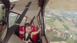 4歳の女の子を乗せてアクロバット飛行してみたら...天使級の笑顔をみせてくれた【動画】