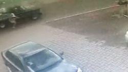 トラックの積み荷にはじき飛ばされて無傷で済んだという珍しい事故を捉えた映像!