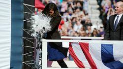 ミシェル・オバマ夫人 進水式でシャンパンボトルを割ろうとしたら...(画像)