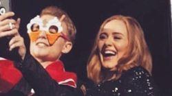アデルのコンサート、ステージに上げた同性カップルがプロポーズするハプニング(動画)