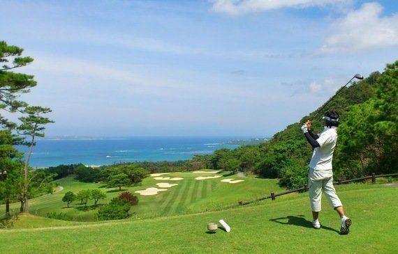 海に向かってショット! 沖縄の絶景ゴルフ場8選