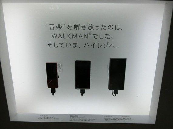 ソニー、JR品川駅でウォークマン35周年記念展示。初代含む歴代27機種が一同に