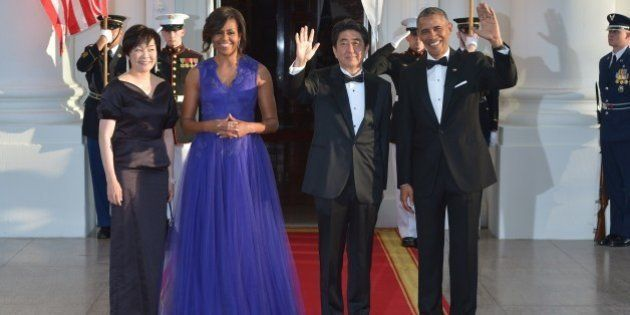 US President Barack Obama (R) and First Lady Michelle Obama (2nd-L) greet Japan's Prime Minister Shinzo...