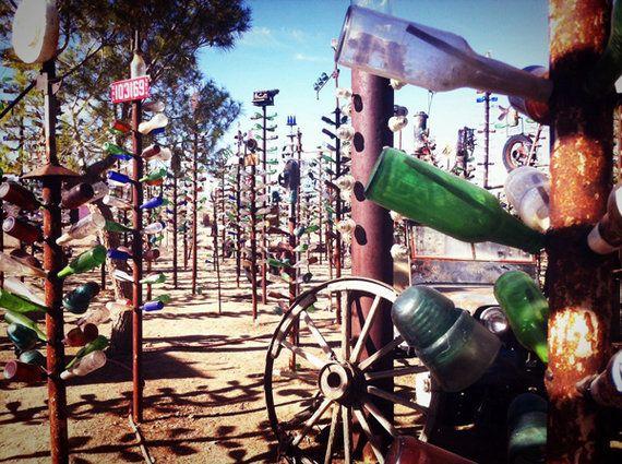 砂漠の生き様――ルート66に見つけた空ボトルの不思議な光景