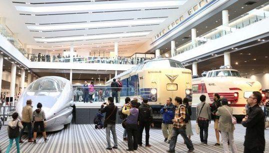 京都鉄道博物館、のぞいてみよう。オープン初日は1万4000人が来館(画像集)