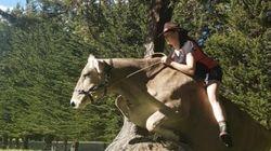 乗馬したくてもダメと言われ、少女は牛に乗ってみた(画像)