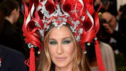 サラ・ジェシカ・パーカー、炎のようなヘッドドレスから目が離せない(画像集)