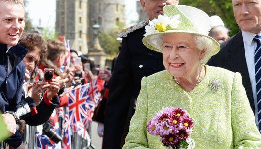 エリザベス女王、90歳に。沿道から祝福、花束のプレゼント(画像集)