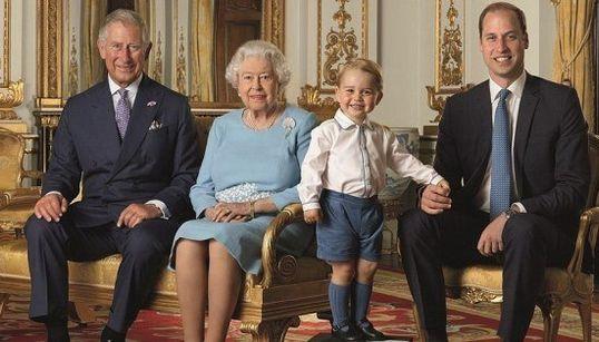 ジョージ王子、エリザベス女王の隣でとびきりの笑顔 記念切手に【画像】