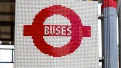 レゴブロック10万個でできたロンドンのバス停、本当にバスが止まった