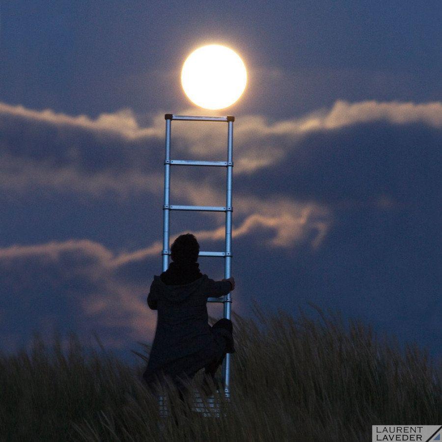 錯覚が楽しい、魔法のような写真集「月あそび」