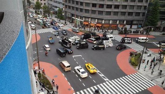 鳩山由紀夫元首相、右翼団体の街宣車に取り囲まれて罵声を浴びせられていた。【画像】