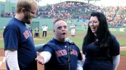 ダウン症の男性が人生の目標を実現、レッドソックス戦で国歌斉唱【動画】
