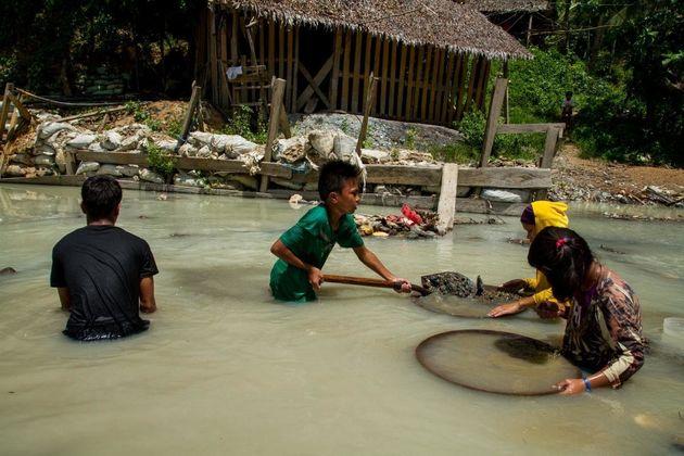 フィリピン:手掘り金採掘で死の危険に直面する子どもたち