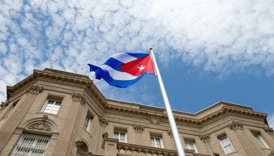 アメリカのキューバ大使館、54年ぶりに国旗が掲げられる 歓喜に湧く人々(画像)