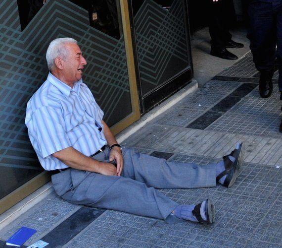 ギリシャ人男性が年金を引き出せず号泣 ネットから救いの手「とにかく何かしなければ」