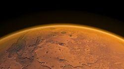 火星に液体の水がある証拠を発見 生命が存在する可能性は?