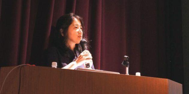 東京・日比谷図書文化館で講演するジャーナリストの菅谷明子さん