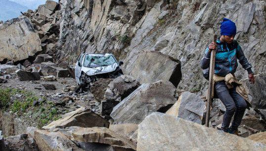 ネパールの恐ろしい地滑り、動画で捉えた